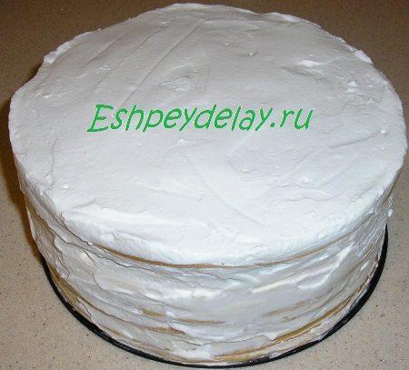 Обмазанный сливками торт