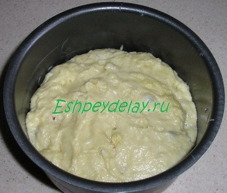 Тесто наложенное в форму для выпечки