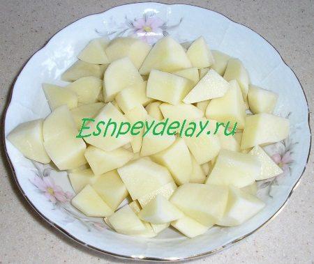 Порезаный кубиком картофель