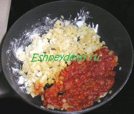 Обжаренный лук с мукой и томатом
