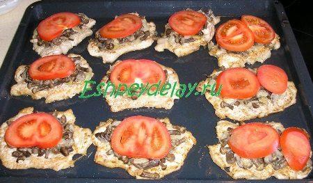 Отбивная с грибами под помидором