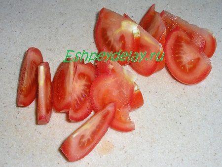 Порезанные дольками помидоры