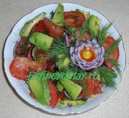 Салат из авокадо с помидоров