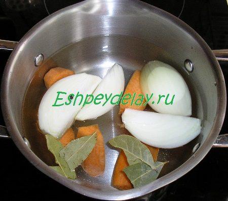 Кастрюлька с водой и овощами