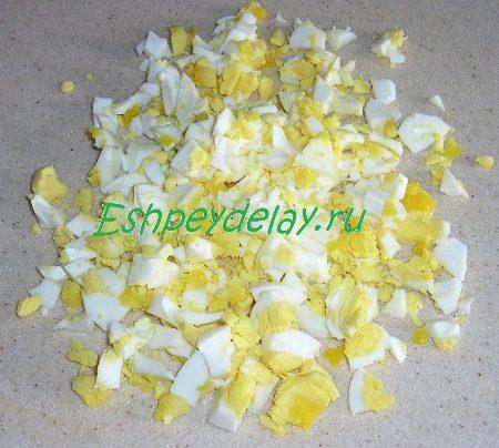 Мелко порезанные яйца