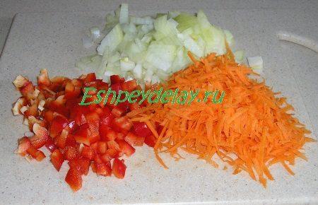 Мелко порезанные лук и перец, потертая морковь