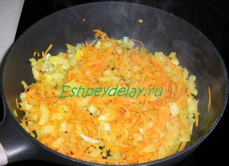 Обжаренная с луком морковь