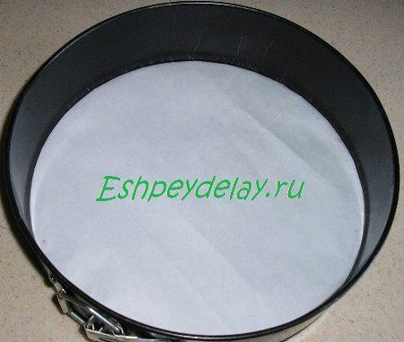 Форма для торта застеленная пергаментом