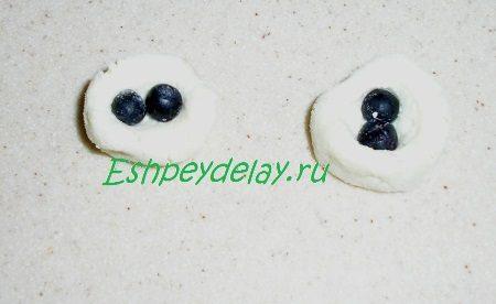 Кусочки теста с ягодой черники