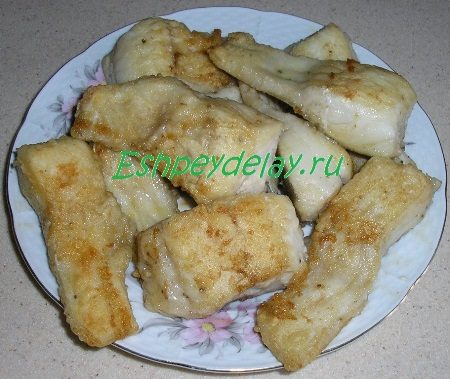 Кусочки обжаренной рыбы на тарелке