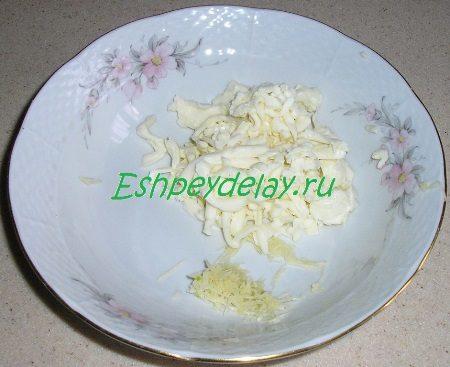 Потёртые чеснок и сыр