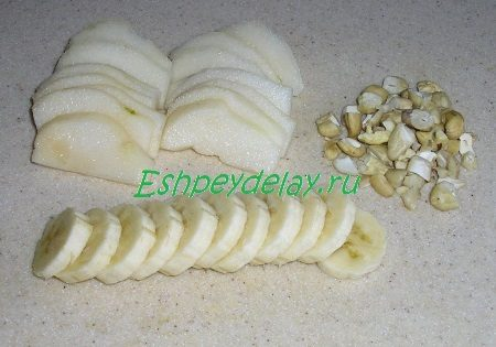 Порезанные груши и бананы, порубленный кешью