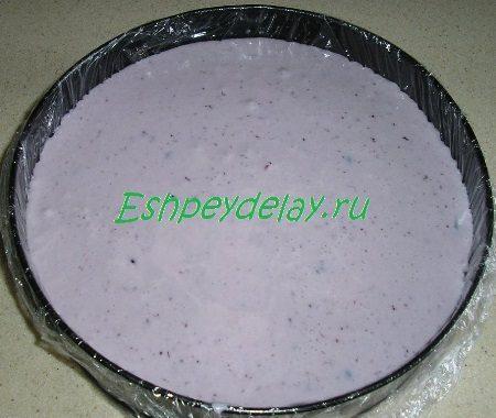 Черничное желе в форме для выпечки
