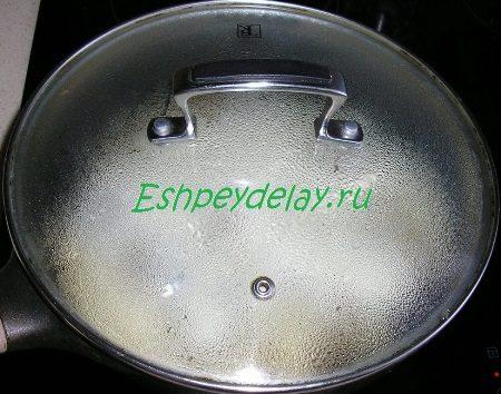 Накрытая крышкой сковорода