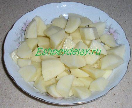 Порезанный кубиками картофель и тыква