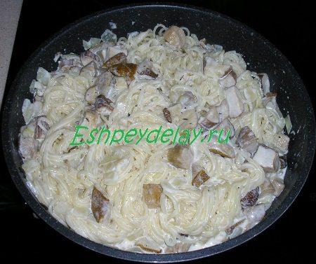 Готовая лапша с грибочками в сливочном соусе