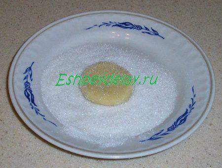 Обваленные в сахаре заготовки печенья