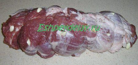 Обвязанный ниткой кусок мяса