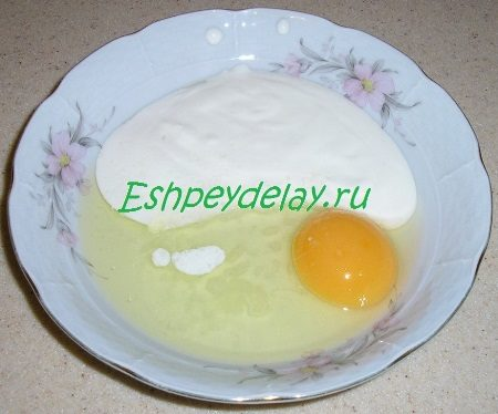 Яйцо со сметаной