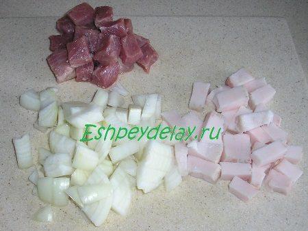 Порезанные лук, мясо и сало