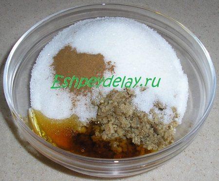 Орехи в миске с сахаром и мёдом