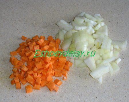Порезанные кубиком лук и морковь