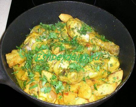 Посыпанное зеленью блюдо из курицы