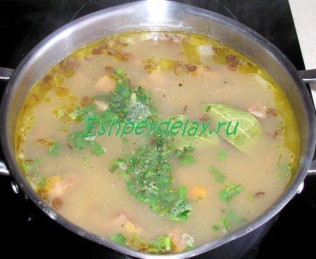 Добавленная в суп зелень и лаврушка