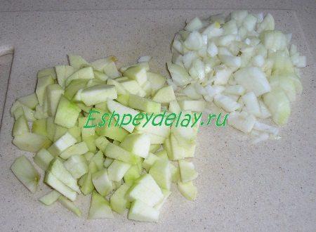 Мелко порезанный лук и яблоки