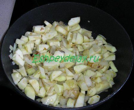 Обжаренный лук с яблоком