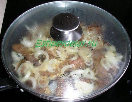 Сковорода накрытая крышкой
