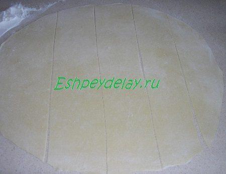 Раскатанное и порезанное тесто