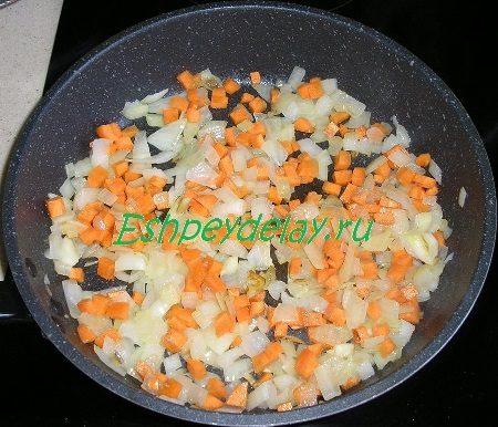 Обжаренные лук с морковкой