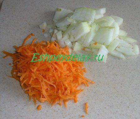 Мелко порезанный лук и потёртая на крупной тёрке морковь
