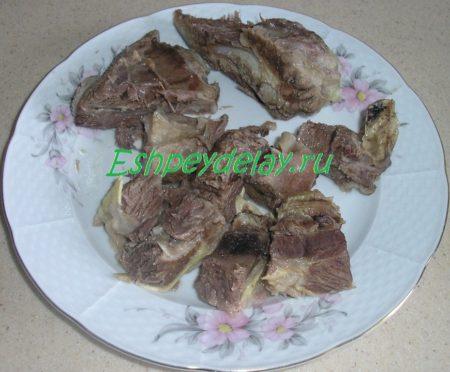 Отварное мясо, порезанное на кусочки