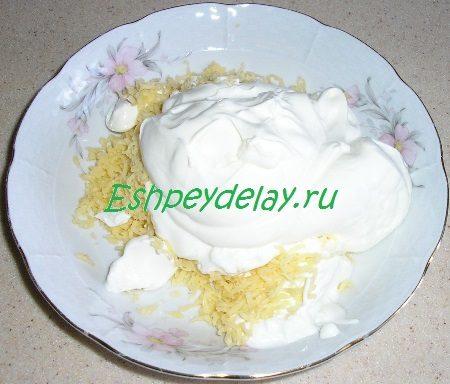 Добавленная к сыру сметана