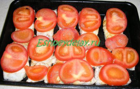 Кусочки рыбы накрытые помидором