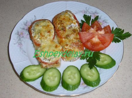 Судак, запеченный в духовке с помидорами и сыром