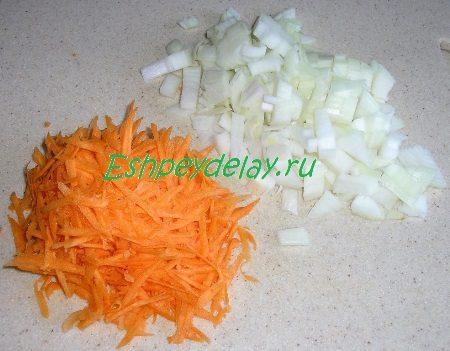 Мелко порезанный лук и потёртая морковь
