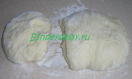 Разрезанное тесто для пирога