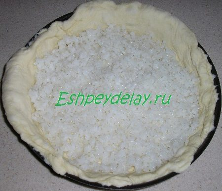 Тесто в форме для запекания с рисом