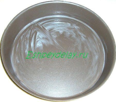 Смазанная маслом форма для выпечки