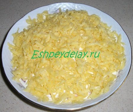 Посыпанный сыром салат