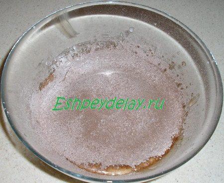 Просеянная в миску мука с какао