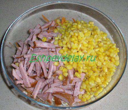 Добавленные колбаса с кукурузой