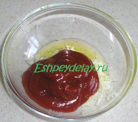 Добавленные к чесноку кетчуп и масло