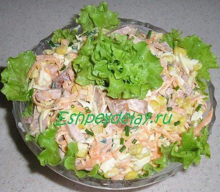 Морковный салат с сыром, колбасой и кукурузой
