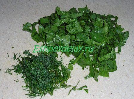 Порезанные укроп и шпинат