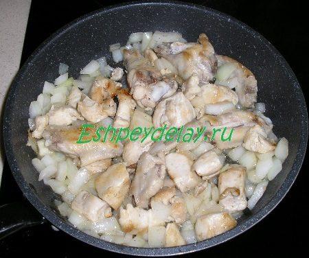 Курица обжаренная с луком