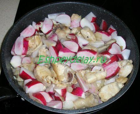 Курица с луком и редисом